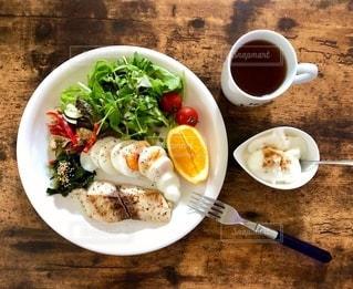 コーヒー1杯の隣の皿に食べ物を一杯の写真・画像素材[2733967]