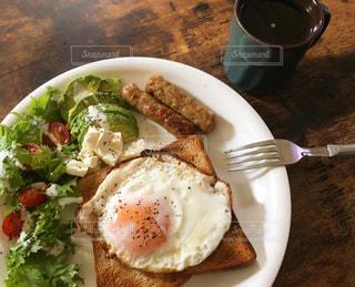 テーブルの上の食べ物の皿の写真・画像素材[2735859]