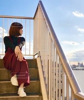階段に座る女性の写真・画像素材[2740147]