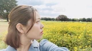 野原に立っている女性の写真・画像素材[2792049]