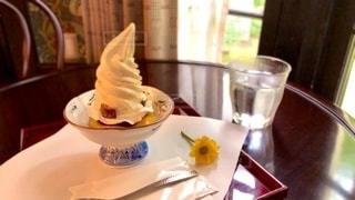 食べ物の皿とテーブルの上のコーヒー1杯の写真・画像素材[2792145]