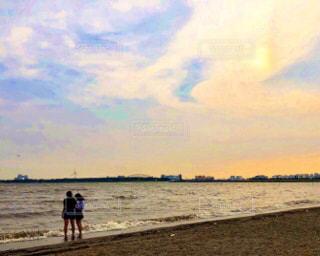 波打ち際に立つ女の子2人の写真・画像素材[2925449]
