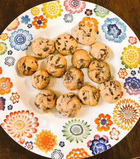 お皿の上にある沢山のクッキーの写真・画像素材[2927527]