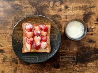 苺が乗ったトーストの写真・画像素材[3198991]