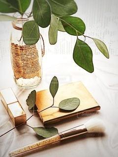 花瓶,瓶,テーブル,観葉植物,美容,コスメ,化粧品,ゴールド,ユーカリ,リサイクル瓶