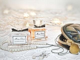 お気に入りの香水とジュエリーの写真・画像素材[2783690]