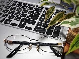 ノートパソコンとメガネの写真・画像素材[2790997]
