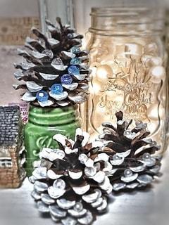 今年も松ぼっくりツリーを作ってクリスマス飾りに。の写真・画像素材[2799236]