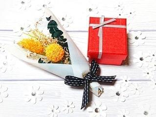 アクセサリーに小さなドライフラワーの花束を添えての写真・画像素材[2962616]