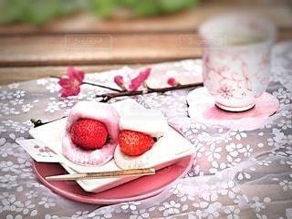 苺大福と梅の花で一足早く春を感じて…の写真・画像素材[2976723]