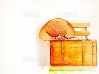 レトロなトランクと麦わら帽子の写真・画像素材[2995589]
