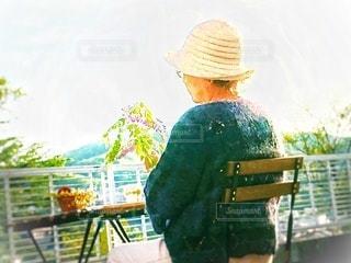 庭の椅子で休憩するおばあちゃんの写真・画像素材[3175343]