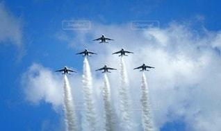 青い空を飛んでいるブルーインパルスの写真・画像素材[3247209]