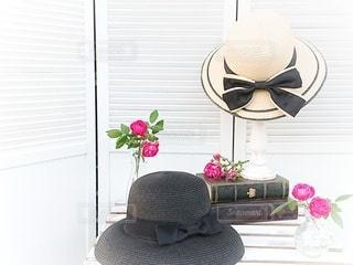 インテリア,花,夏,屋内,白,花瓶,帽子,日常,薔薇,テーブル,洋服,麦わら帽子,木製,家具,デザイン,生活,ライフスタイル,収納,日干し,衣替え,整理整頓,虫干し,パーティション