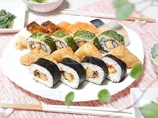 お持ち帰りのお寿司で夕飯タイムの写真・画像素材[4196336]