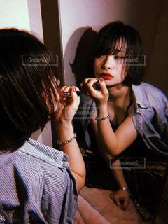 ホットドッグを食べる女性の写真・画像素材[2507617]