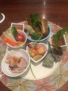 テーブルの上の食べ物の皿の写真・画像素材[2509853]