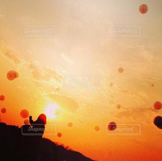 子ども,空,屋外,太陽,夕暮れ,光,シャボン玉