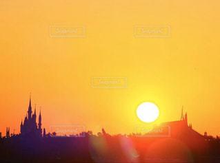風景,空,太陽,オレンジ,光,朝焼け,明るい,ディズニー,シンデレラ城,初日の出,スペースマウンテン