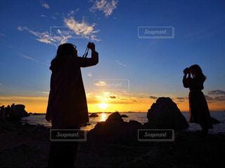 女性,2人,風景,海,空,カメラ,屋外,太陽,雲,夕暮れ,影,シルエット,光,人,写真,立つ,グラデーション