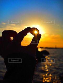 海,空,屋外,太陽,ビーチ,青,貝殻,水面,影,シルエット,オレンジ,光,貝,グラデーション