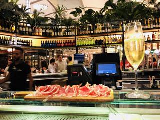 白,ヨーロッパ,グラス,スペイン,バルセロナ,乾杯,バー,ドリンク,BAR,生ハム,カバ,スパークリングワイン,おしゃれ,カヴァ