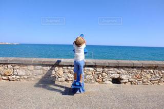 水域の隣に立っている人の写真・画像素材[2513330]