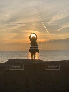 水の体の上の夕日の写真・画像素材[2514004]