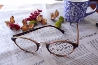 ファッション,秋,コーヒー,アクセサリー,読書,めがね,木の実,眼鏡,マグカップ,英字,珈琲,コーヒーカップ,ホットコーヒー,メガネ,英字紙