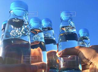 屋外,ジュース,青空,液体,ボトル,グラス,ガラス瓶,乾杯,ドリンク,女子会,ラムネ,炭酸,手元,ソフトド リンク