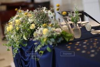 テーブルの上の花瓶の写真・画像素材[2733604]