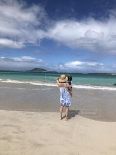 浜辺に立っている少年の写真・画像素材[2552984]