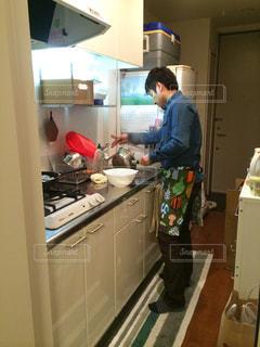 台所に立っている人の写真・画像素材[2698503]