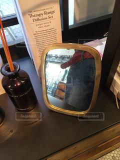 テーブルの上に座っているスーツケースの写真・画像素材[2708560]