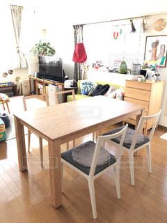 部屋に机と椅子があるリビングエリアの写真・画像素材[2990005]