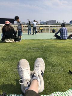芝生で覆われた畑の上に横たわっている人の写真・画像素材[3086231]