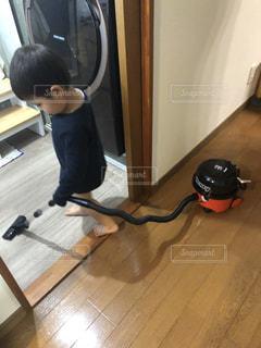 掃除機をかける小さな男の子の写真・画像素材[3133295]
