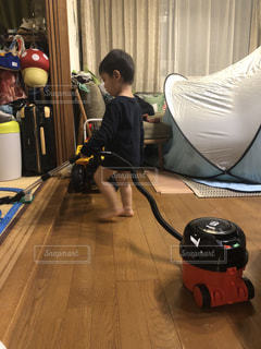 掃除機をかける少年の写真・画像素材[3133292]