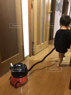 掃除機をかけている小さな男の子の写真・画像素材[3133294]