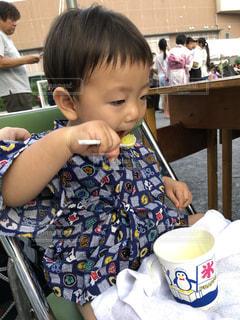 カキ氷に夢中の小さな男の子の写真・画像素材[3601478]
