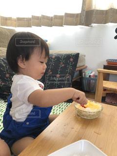 カキ氷を食べる男の子の写真・画像素材[3601480]