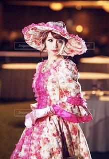 ピンクのドレスを着た小さな女の子の写真・画像素材[2557195]