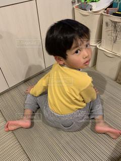 赤ん坊を抱いている若い男の子の写真・画像素材[2545258]
