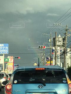 交通量の多い市街地を走行する車の写真・画像素材[2556322]