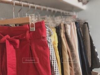 ラックにかかる洋服の写真・画像素材[2722259]