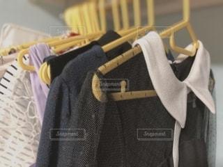 ラックにかかる洋服の写真・画像素材[2722260]