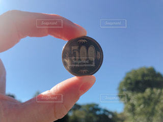コインを持っている手の写真・画像素材[3005434]