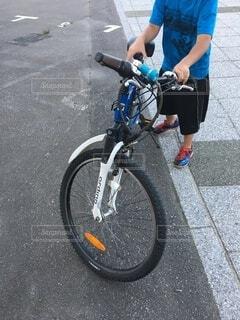 道路の脇に駐車している自転車の写真・画像素材[4636571]