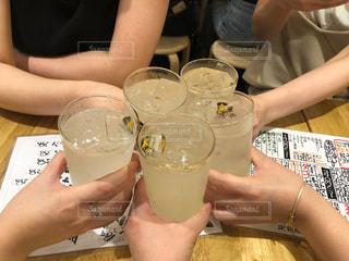 グラス,乾杯,休日,ドリンク,女子会,居酒屋,手元,おしゃれ,レモンサワー,グラスジョッキ