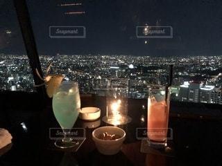 夜景,カップル,景色,タワー,グラス,カクテル,乾杯,ドリンク,デート,ひと休み,手元,高層階